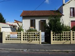 Petite maison de ville avec jardinet et terrasse à aménager
